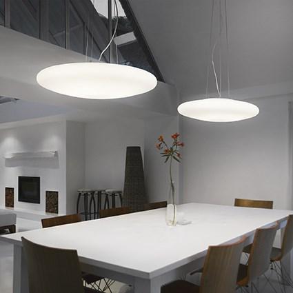 Suspension ronde et plate en verre dépoli pour éclairer une chambre à coucher Smarties blanche de chez Ideal lux