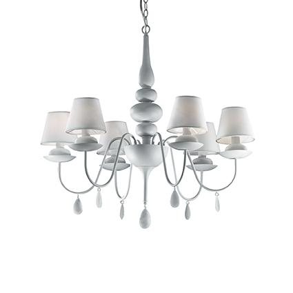 lustre blanc avec abats jour blancs pour clairer un dessus de table de salle manger ou un. Black Bedroom Furniture Sets. Home Design Ideas