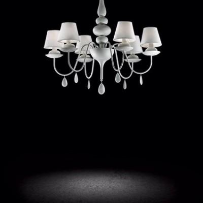 Lustre blanc avec abats jour blancs pour éclairer un dessus de table de salle à manger ou un salon Blanche SP6 par Ideallux