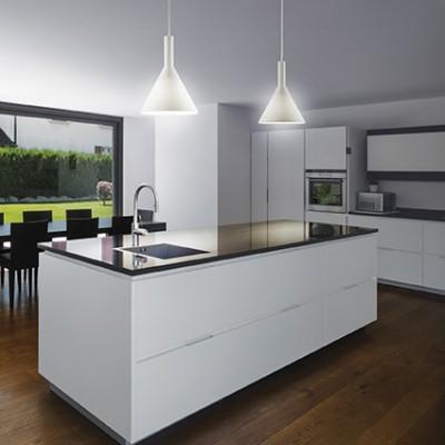 Suspension conique blanche ou noire pour éclairer au dessus d'un comptoir ou table de cuisine Cocktail par Ideallux