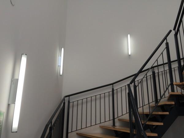 éclairage d'une montée d'escaliers en réglettes à led