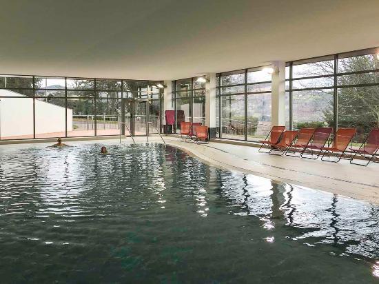 éclairage pour piscine pour un village de vacances à la montagne